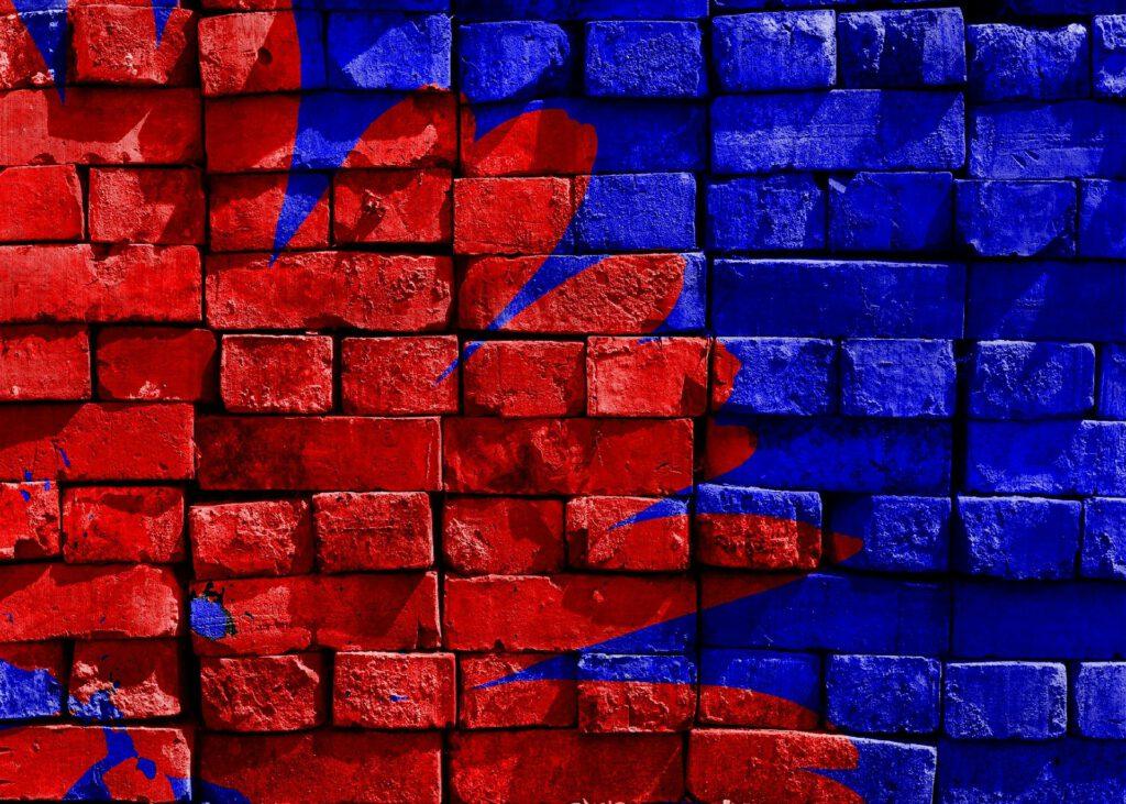 Blau und Rote Farbe auf Backsteinwand