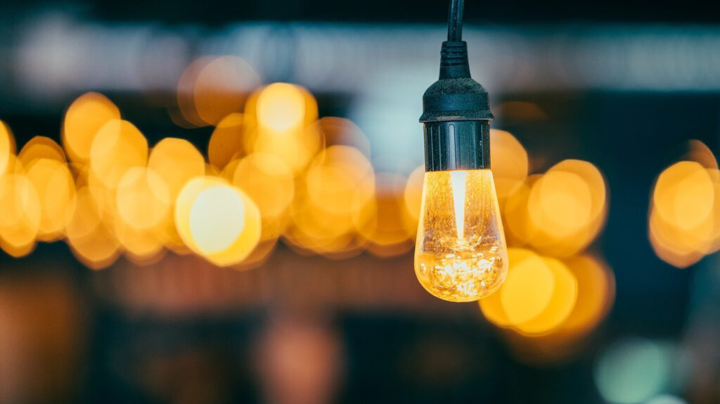 Glühbirne vor dunklem Hintergrund