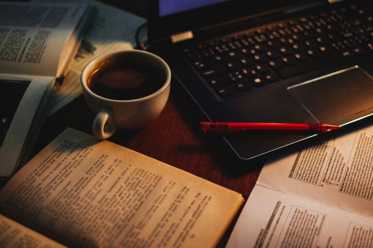 Buchclub - Kaffee - Laptop